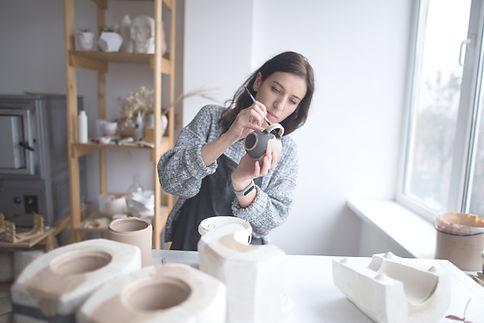Vrouw schilderij aardewerk
