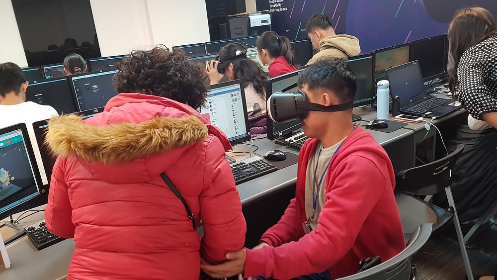 在《米菲多媒體》的專業ARVR授課老師「Lina」引導之下,藉由老師獨特的互動教學方式,使得血友們在面對時下較夯的VR360鏡頭前面,仍能勇敢地大聲介紹自己、展放自我。最後再搭配米菲自主研發的《MAKAR》編輯器,使得血友們能夠把將剛才所拍攝的影片,親手打造成具有VR360效果的自我簡介影片,且無須要任何程式背景唷~  《米菲多媒體》打破過往一般鼓勵血友的方式,透過時下熱門的VR技術,使得血友不僅體驗到最新的互動科技,更是一次重新展現自己的好機會!  若您也想要嘗試做一個屬於自己的VR360,可以前往《MAKAR》來體驗看看唷~ 立即前往 → https://www.makerar.com/