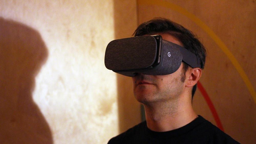 「VR虛擬實境」的沉浸式特色擁有多種互動的可能性,因此,有多種不同領域產業都想借其助力來一展公司宏圖,其中尤以醫療領域最為積極,主要是因為VR的沉浸式體驗能夠有效傳達醫生對於大腦想要溝通的訊息,讓過往許多與腦部有相關的疾病都能夠有效逐一改善,例如創傷後壓力症候群(PTSD)或是自閉症…等等,皆是如此。  那麼,「VR虛擬實境」到底是怎麼透過外力來改善患者的大腦呢?
