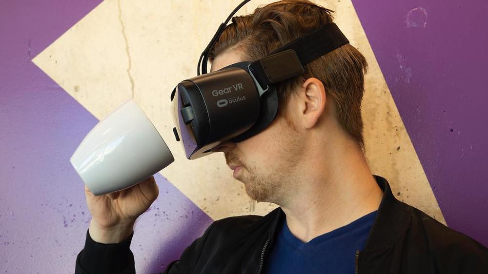 「VR虛擬實境」從2016年爆發至今,已有了三個年頭,而它所擁有的「沉浸式」特色,也的確令人不少感到驚艷,如今也有數個領域產業都在使用,其中包括醫療、電影、娛樂、音樂…等等,都在透過VR技術來改善目前商業上的一些應用。不過,卻鮮少看到VR在行銷上的應用,那麼,對於品牌行銷來說是否真的有幫助?且又能幫到多大的忙呢?