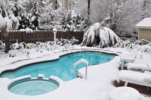 композитный бассейн зимой