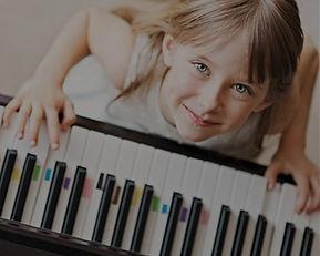 Beginner? Dann probiere doch das Instrumentenkarussel in der Musikschule Niebüll. In einem Jahr lernst Du bis zu 6 verschiedene Instrumente kennen und entscheidest dann, welches Du fortführen möchtest. Wie wäre es mit einer kostenlosen Schnupperstunde?