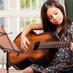 Rock, Pop, Klassik oder Jazz - Gitarrenunterricht in Niebüll und Leck für jede Musikrichtung. Unsere Instrumentenauswahl umfasst: E-Gitarre, klassische Akustikgitarre, Westerngitarre und E-Bass.