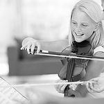 Der Geigenunterricht in der Musikschule Niebüll für Kinder und Erwachsene. Wir bieten hochqualitativen Unterricht mit top Lehrkräften für Niebüll, Leck, Süderlügum und Risum-Lindholm. Vereinbare doch gleich eine kostenlose Probestunde!