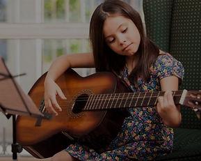 Gitarre lernen in der Musikschule Niebüll. Unterricht für E-Gitarre, klassisch Gitarre und Westerngitare für Niebüll, Leck, Risum-Lindholm und Süderlügum. Gleich eine kostenlose Probestunde vereinbaren!