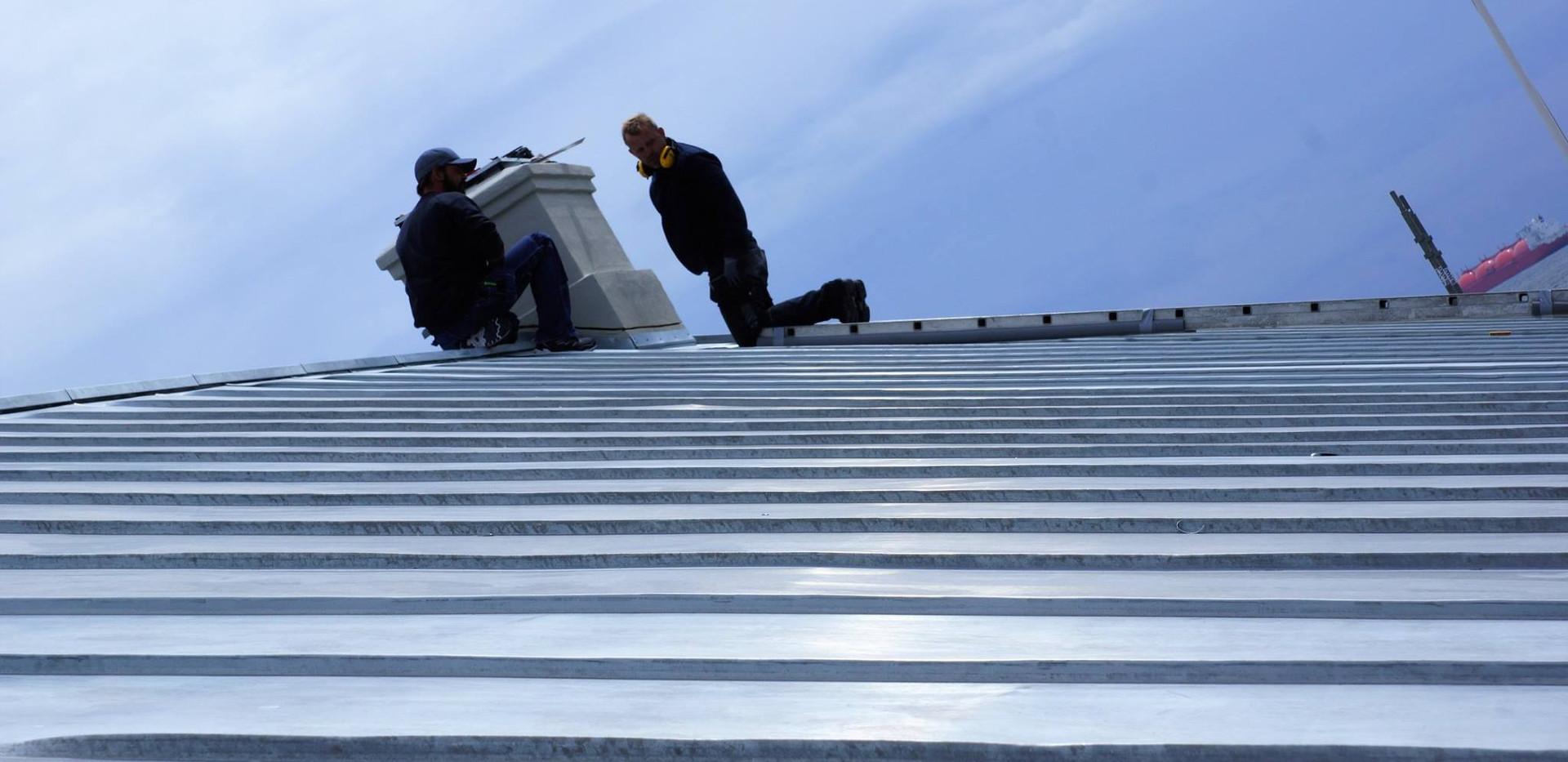 Blikkenslagere arbejder på Det Grå Fyr i Skagen