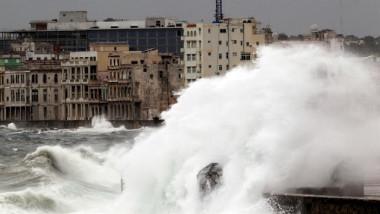 Vecinos del Malecón de La Habana temen el desplome de sus edificios tras Irma