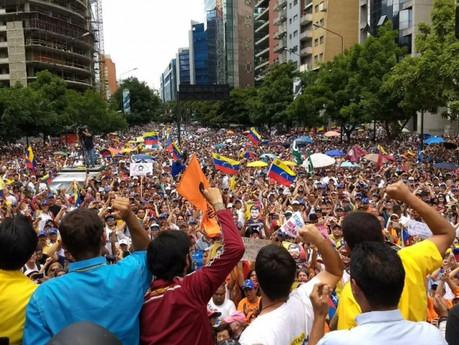Los venezolanos regresan a las calles con más fuerza tras la excarcelación de Leopoldo López
