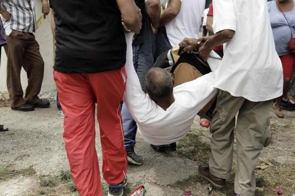 Un hombre es detenido por agentes vestidos de civil el pasado domingo, mientras el presidente Barack Obama llegaba a Cuba (Foto: Jeffrey Arguedas/EFE)