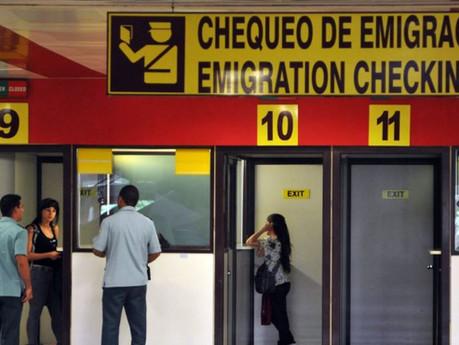 Cubano residente en EEUU demanda a MINREX y MININT por negativa de entrada al país