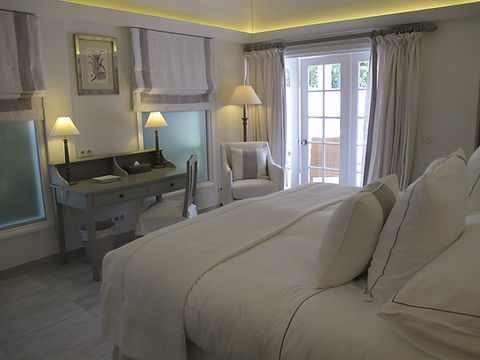 Hotel Cheval Blanc Isle de France hotel room luxury bed desk