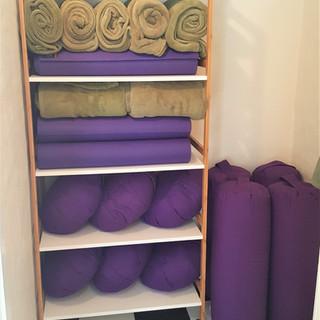 lager af yogamåtter, puder og tæpper