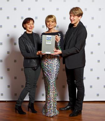 Top Star und Schirmherrin Uschi Glas übergibt Auszeichnung