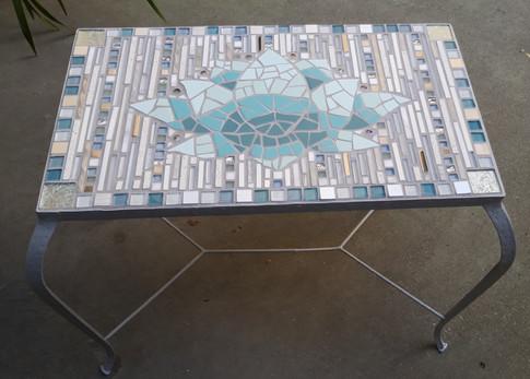 Tischchen mit Lotusblüte