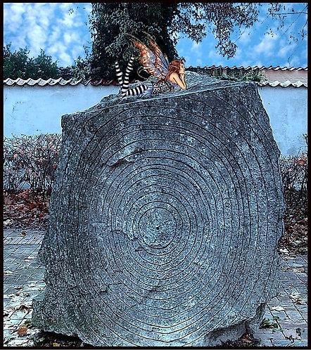 Fe hviler sig på en sten / Fairy rests on a rock