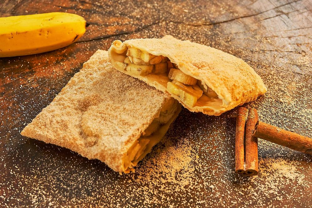 imagem de pastel de banana com canela bem recheado