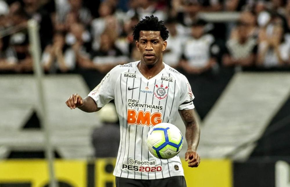 O zagueiro Gil com camisa do Corinthians e com uma bola a frente