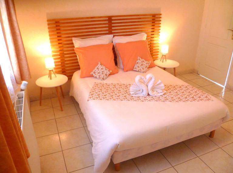 Chambre orange lit double 140