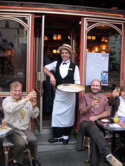 """devant le """"café des artistes"""""""