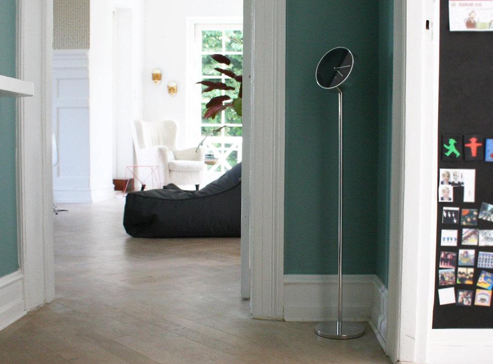 wupti.com, Designet af Kronholm Design Copenhagen. I børstet aluminium look på frontpladen og Smart kabelsystem integreret i bordpladen.