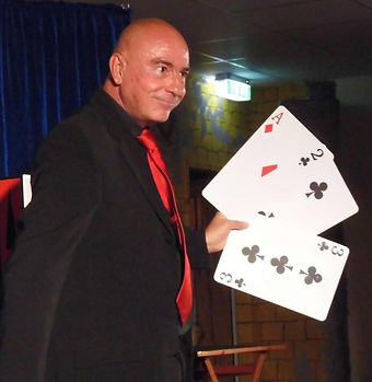 Zauberer u. Zauberkünstler Tonga aus Kiel Three Card Joe Monti