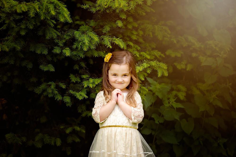 little girl smiling, family photographer kent, family photographers, hall place, outdoor photo sessions, woodland photo sessions, photographers in kent, family photo shoots, location photo shoots