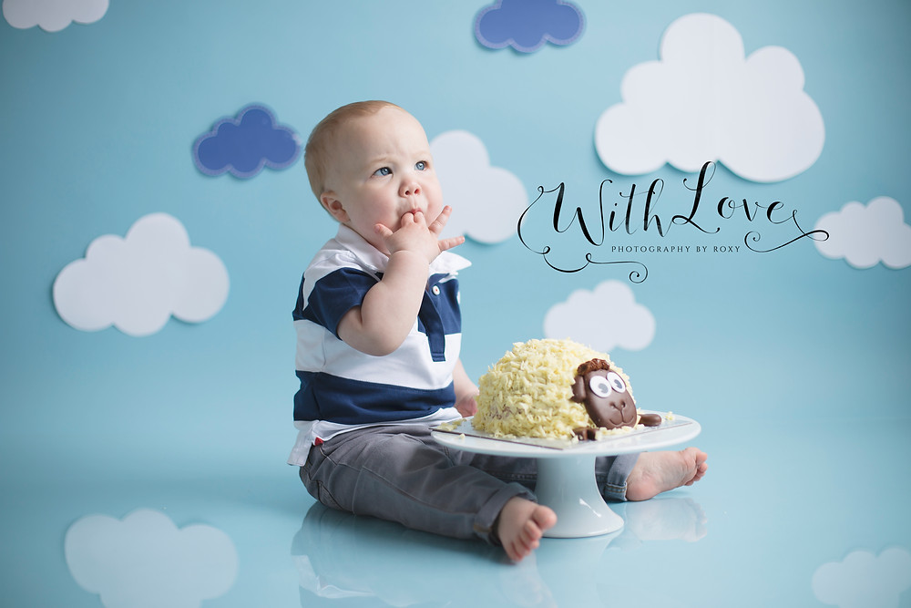 little boy eating cake, 1st birthday cake smash photo session, cake smash photography kent, photographer