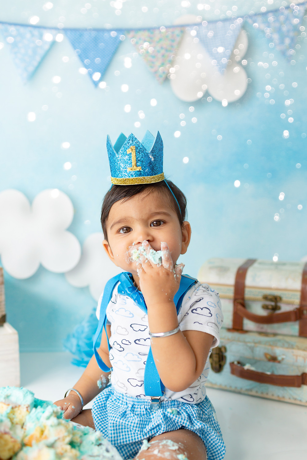 Amazing cake smash photo session with Roxie Art Photography, little boy loves his cake!