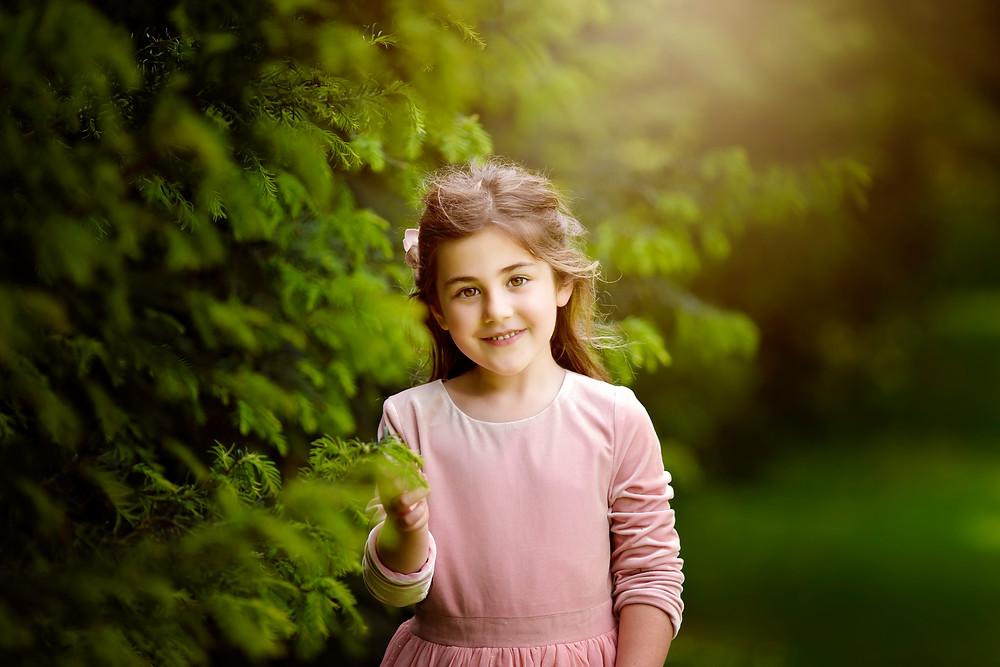 little girl smiling,family photographer kent, family photographers, hall place, outdoor photo sessions, woodland photo sessions, photographers in kent, family photo shoots, location photo shoots