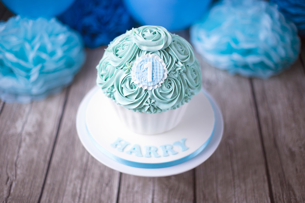 Cake Smash Photography kent, cake smash cake in blue an white for a baby photo shoot