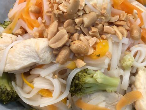 Nouilles chinoises au poulet carottes et brocolis.
