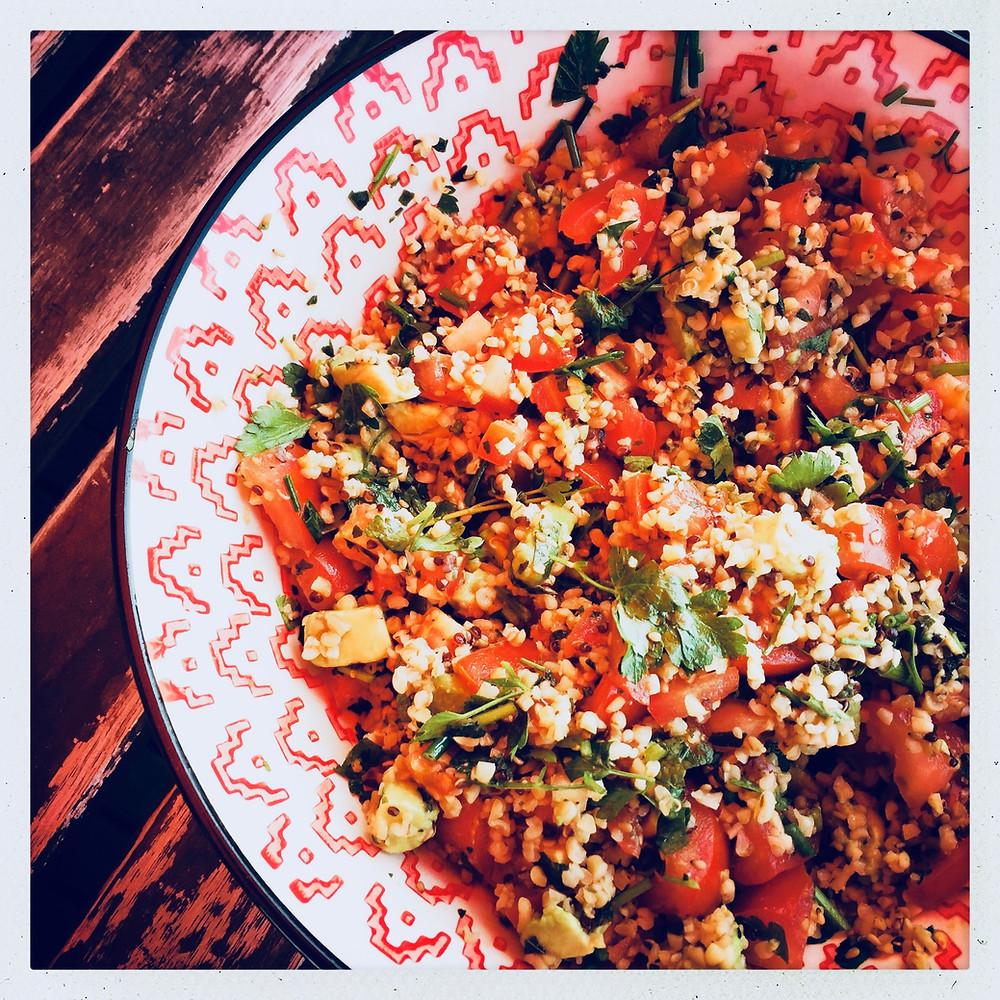 Voici une recette rapide et fraiche de salade composée à l'aide d'un sachet de quinoa, boulghour et sésame précuit. Comme quoi, on peut manger équilibré sans trop cuisiner !