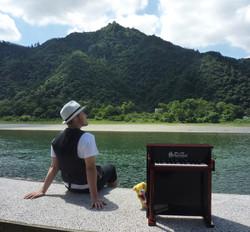 トイピアノのある風景。岐阜長良川