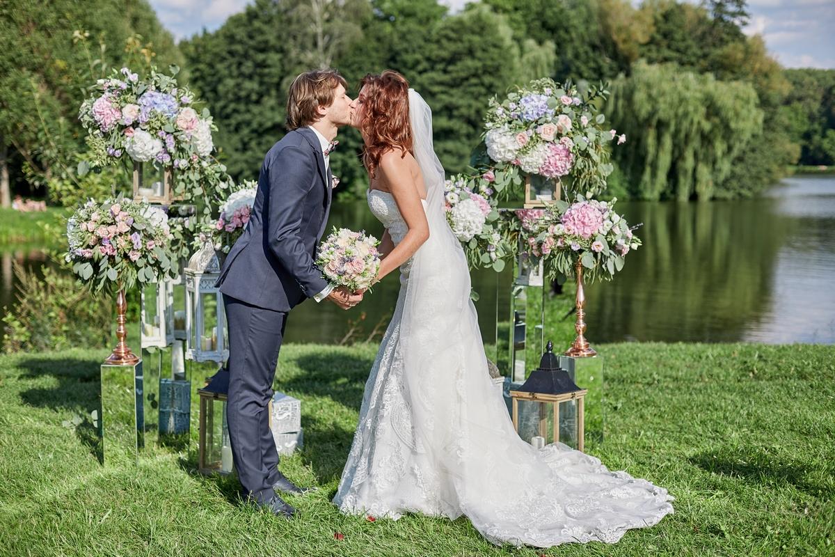 свадебная церемония в парке