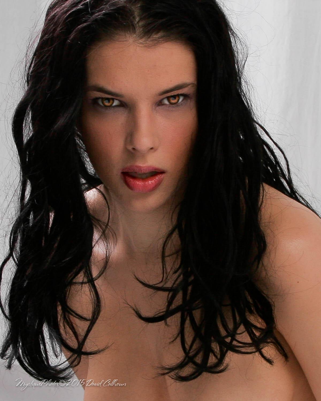 Raquel • White Room