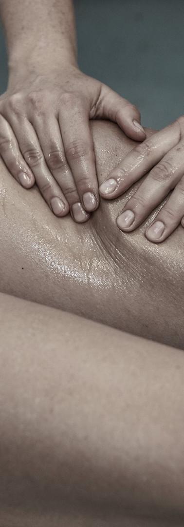 physio sports massage of thigh muscle