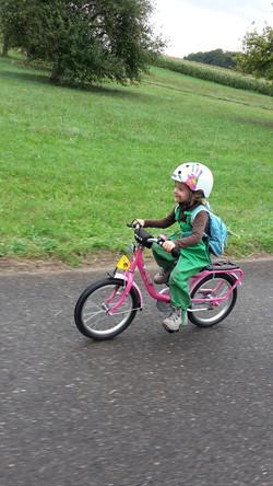 Velomech Ein Kind am Velofahren