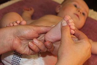vauvahieronta, vyöhyketerapia, vyöhyketerapeuttinen vauvahieronta, vauvan vyöhyketerapia, itkevä vauva, apu vauvan vatsavaivoihin