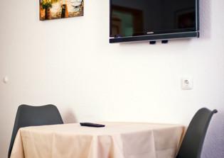 Tischgruppe und TV