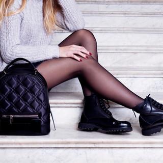 Model met zwarte laarzen