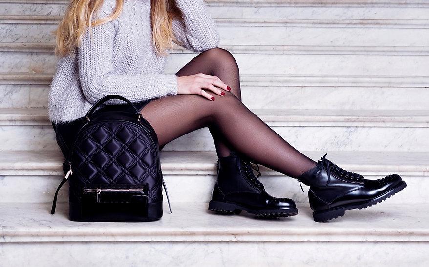 Model s černými botami
