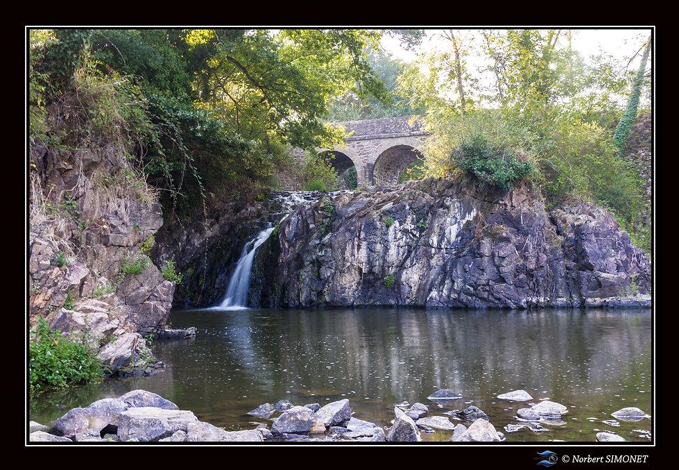 Etang_de_Néal_chute_d'eau_Paysage_-__Plo