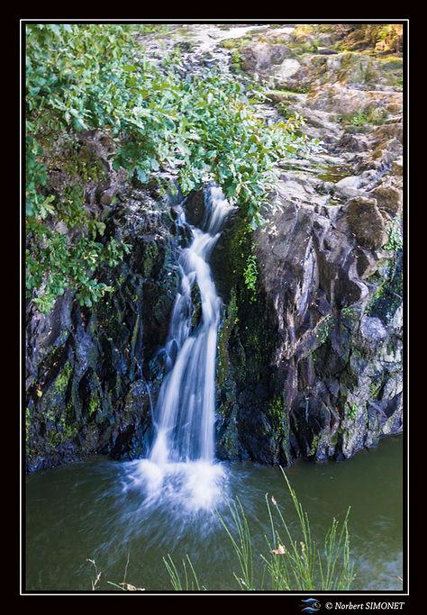 Etang_de_Néal_chute_d'eau_GP_portrait_-_