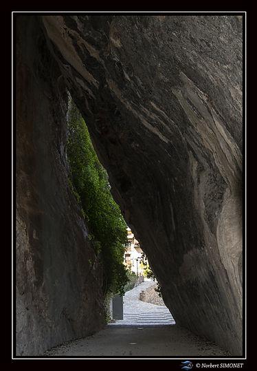 Passage sous la roche Alquezar.jpg