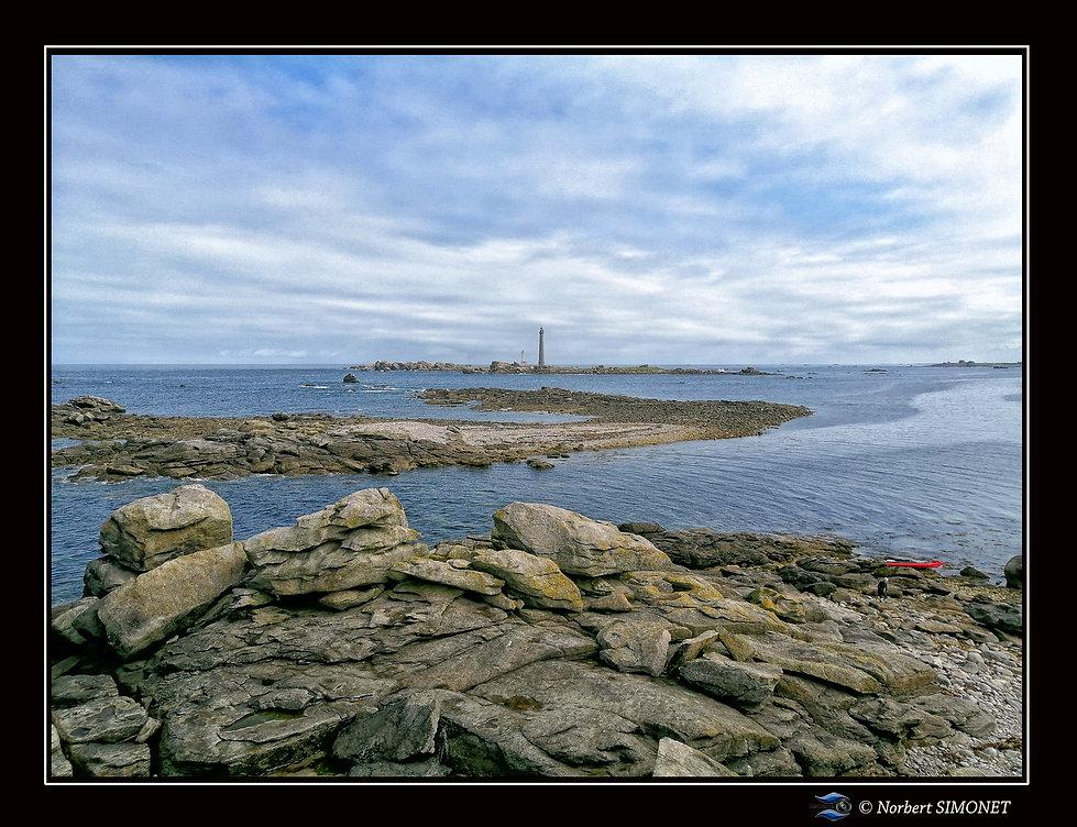 Phare de l'île Vierge vu de l'île Valan - Cadre Paysage réduit - Plouguerneau août 2021.jp
