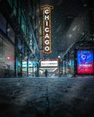Chicago_TheaterWomanWalkingBlizzard2021_