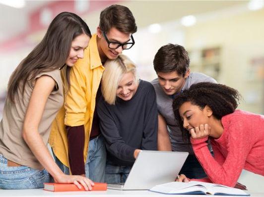 Equipe-de-estudantes-no-notebook-510x382