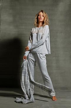 Pijama comfy com decote em sobreposição de rendas. Ideal para compor seu look .