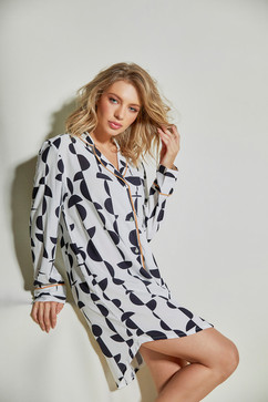 Essa chemise no clássico p&b exala estilo, bom gosto e elegância.  Seu tecido 100% viscose traz leveza e delicadeza para os seus momentos!