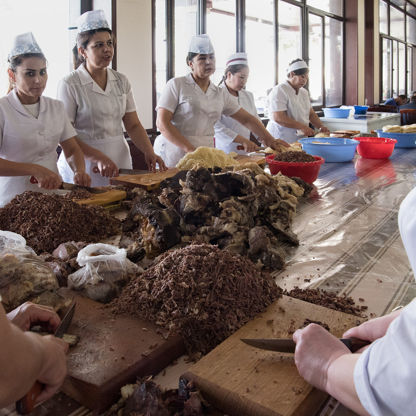 Около десяти женщин готовят ингредиенты для Халима